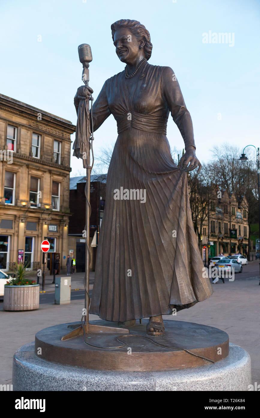 Statue von Dame Gracie Fields, DBE in ihrer Heimatstadt von Rochdale, von Bildhauer Sean Hecken Quinn. Rochdale. UK. (106) Stockbild