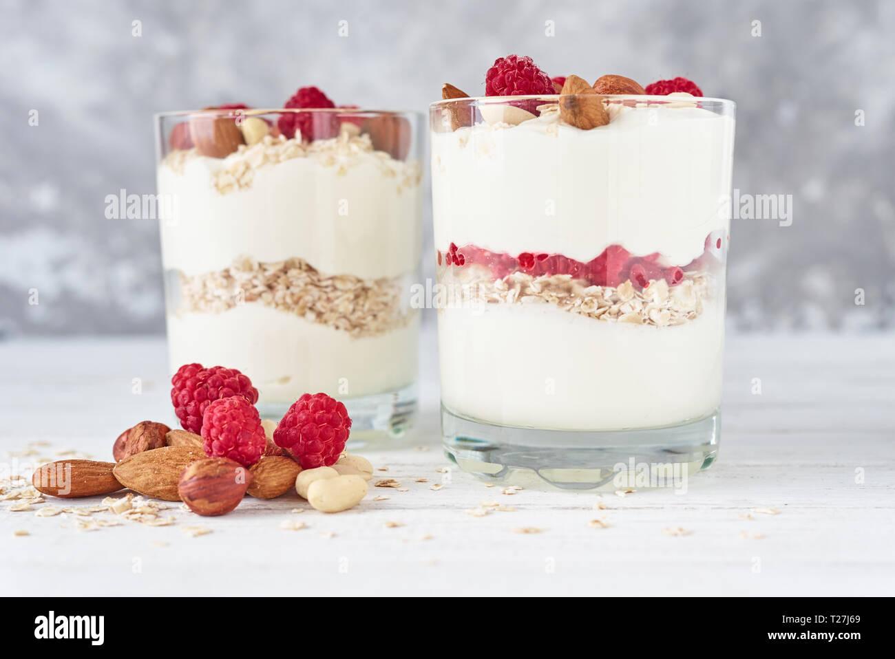 Zwei Gläser Griechischer Joghurt Müsli Mit Himbeeren Haferflocken