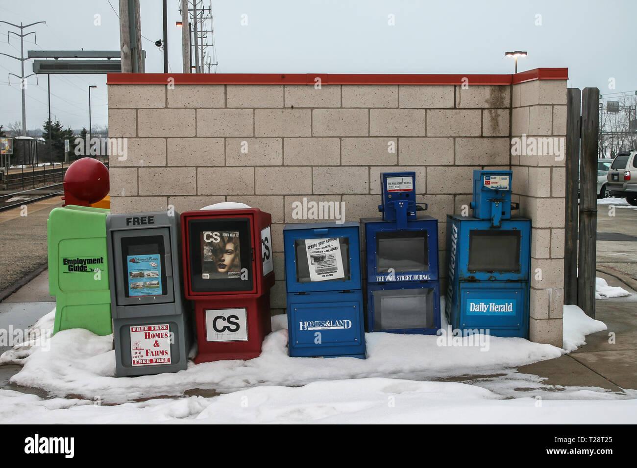 Boxen mit Zeitungen in einer Straße in Chicago im Winter Stockbild