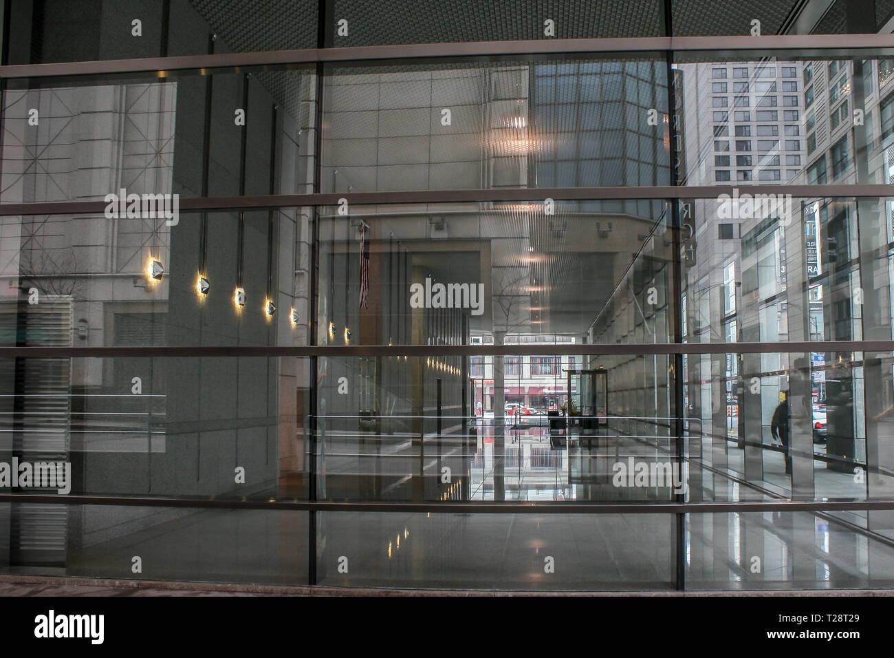 Blick durch große Fenster in den Eingang eines großen Gebäudes Stockbild