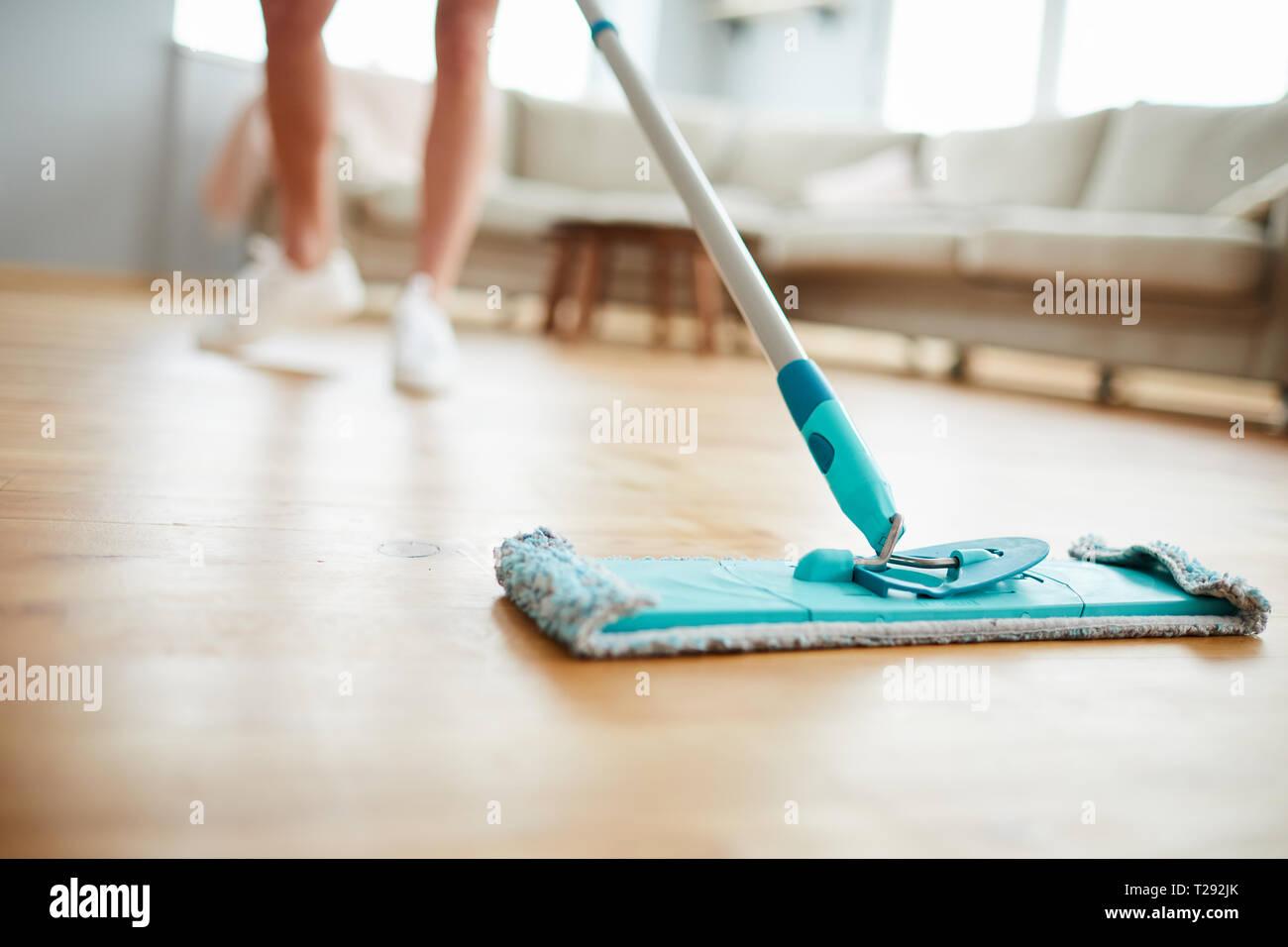Reinigung Parkettboden Stockbild