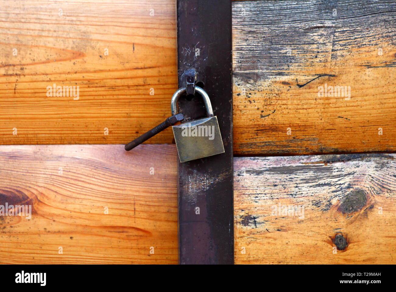 Garagentore aus Holz mit interessanten Textur geschlossen mit Metall ...
