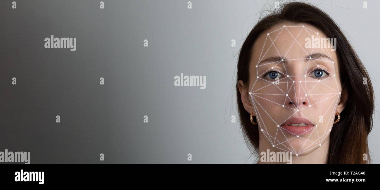 Gesichtserkennung System, Konzept. Junge Frau auf dem grauen Hintergrund, Gesichtserkennung Stockfoto