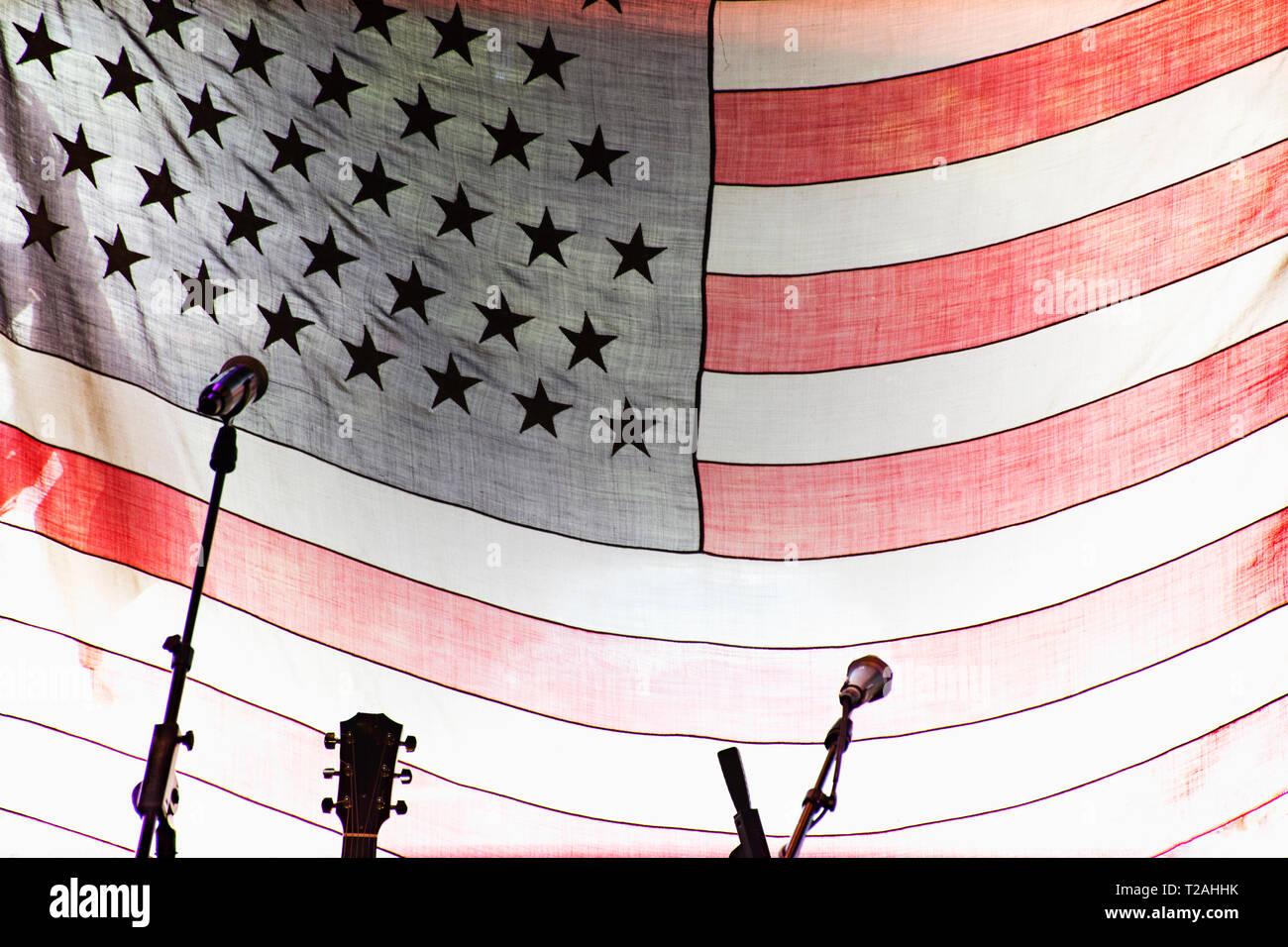 Mikrofone und Gitarre durch amerikanische Flagge Stockbild
