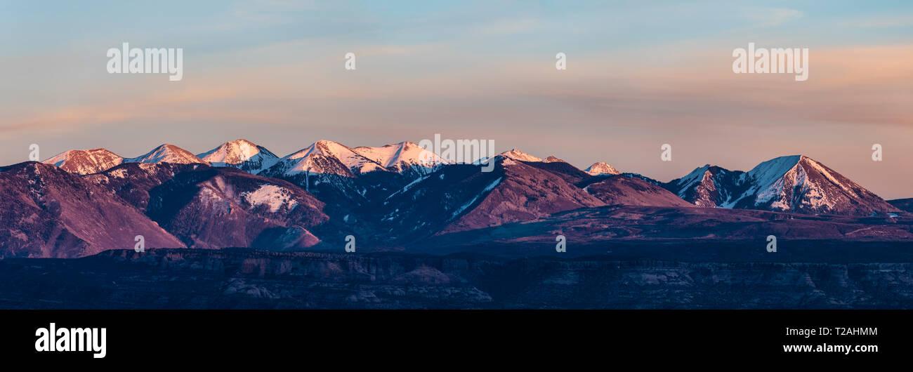 PANORAMA DER SCHNEEBEDECKTEN La Sal Mountains, von Arches NP, Utah, USA Stockbild