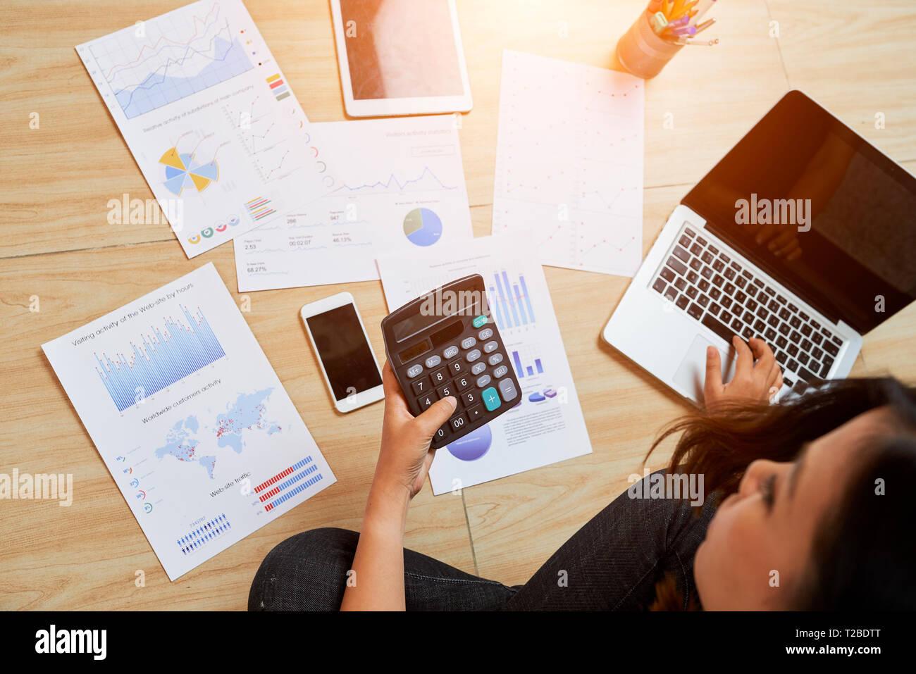 Frau Berechnung Gewinn Stockbild