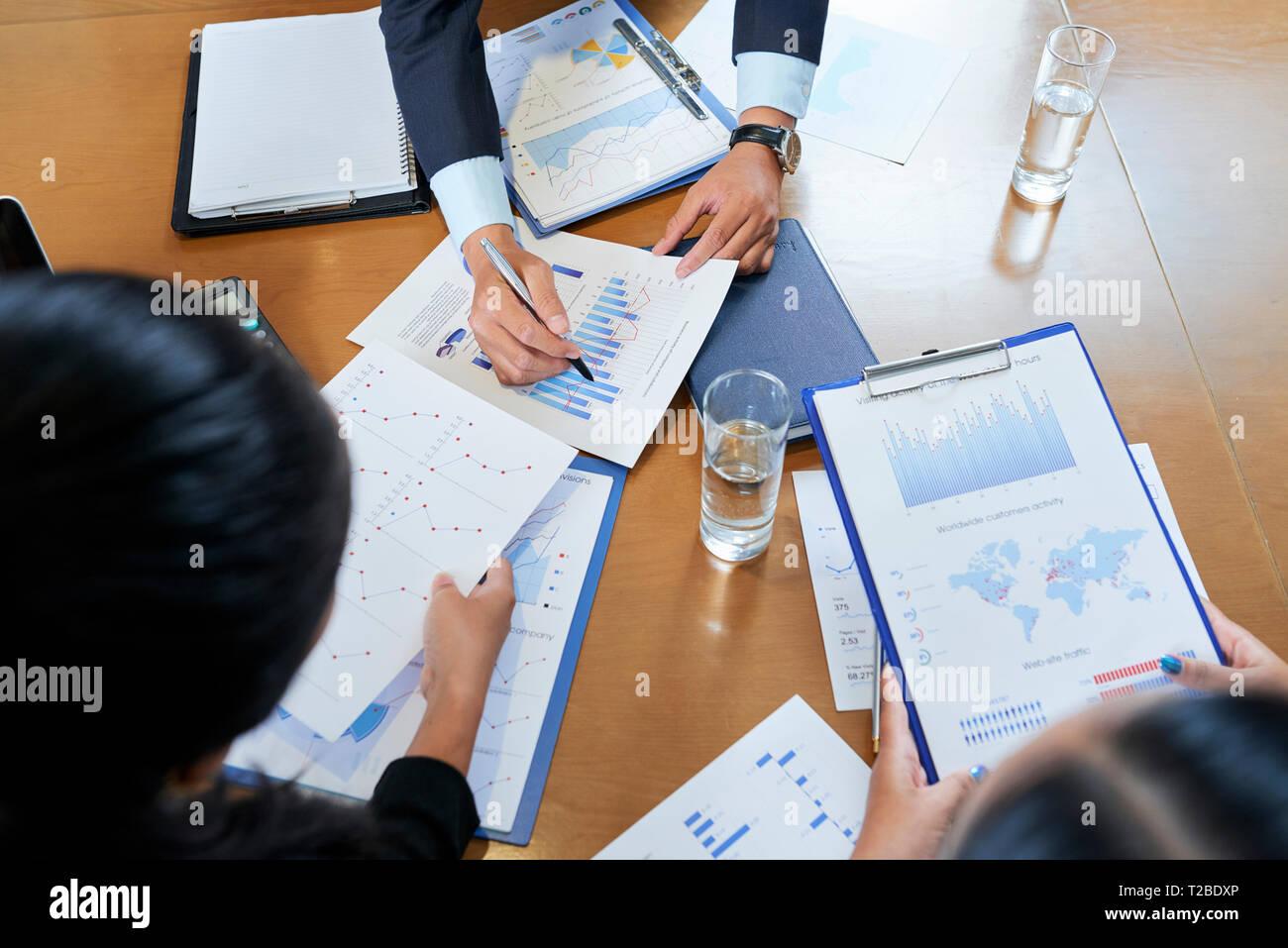 Geschäft Leute diskutieren Charts Stockbild