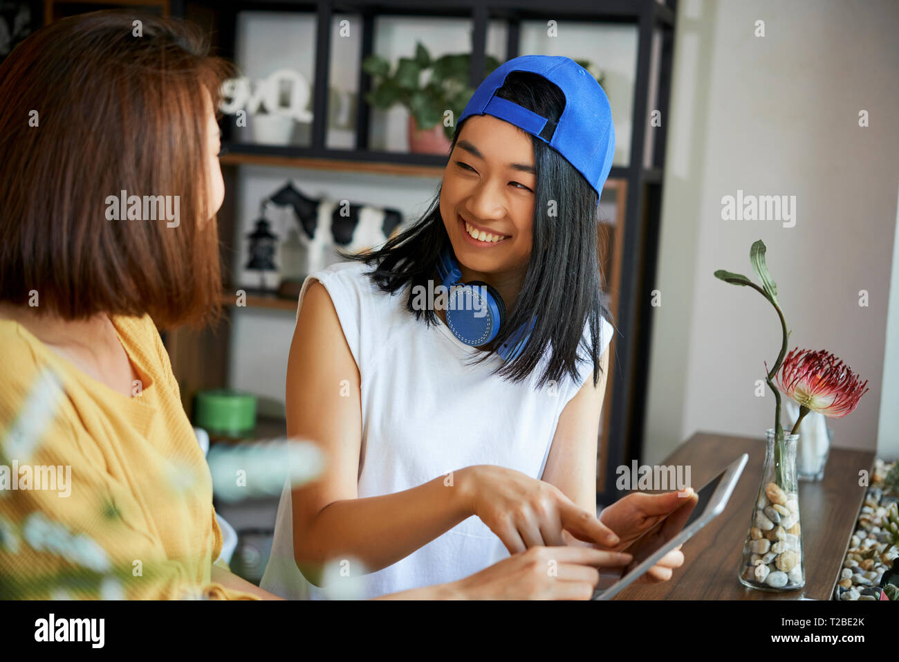 Lachende Mädchen mit Tablet-pcs Stockbild