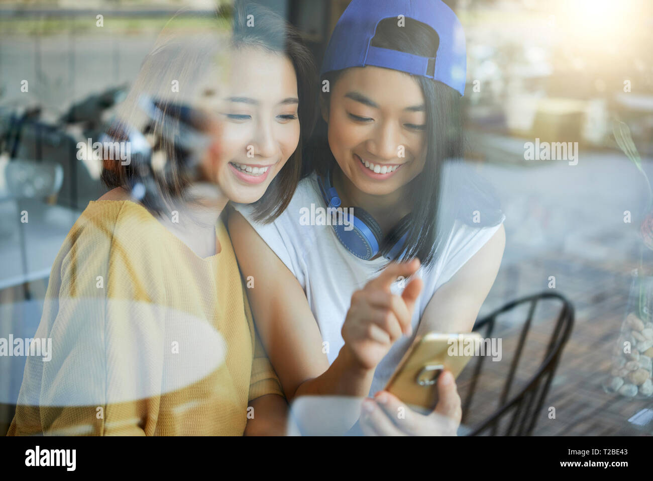 Freudige Frauen mit Smartphone Stockbild