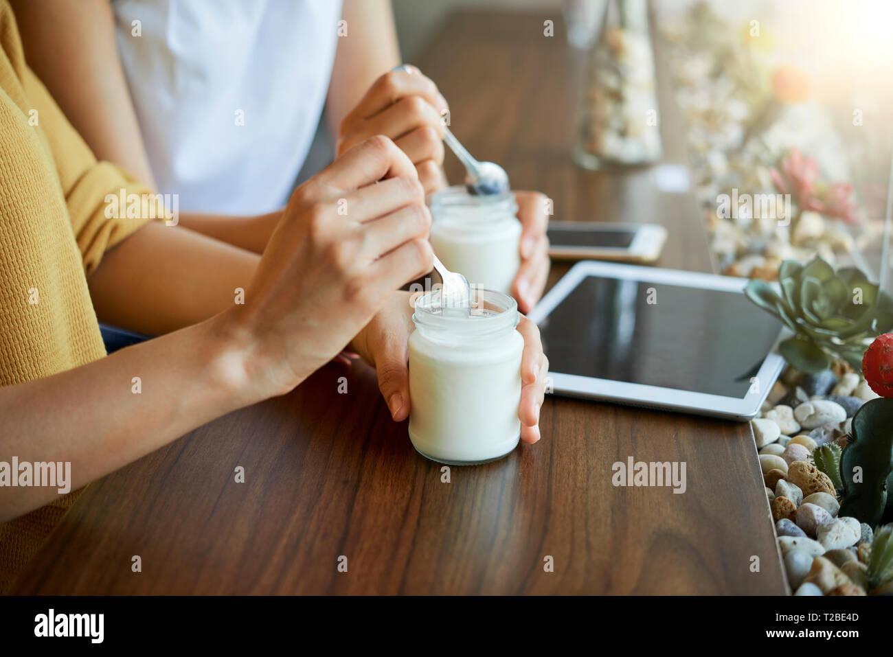 Frau essen griechischer Joghurt Stockbild