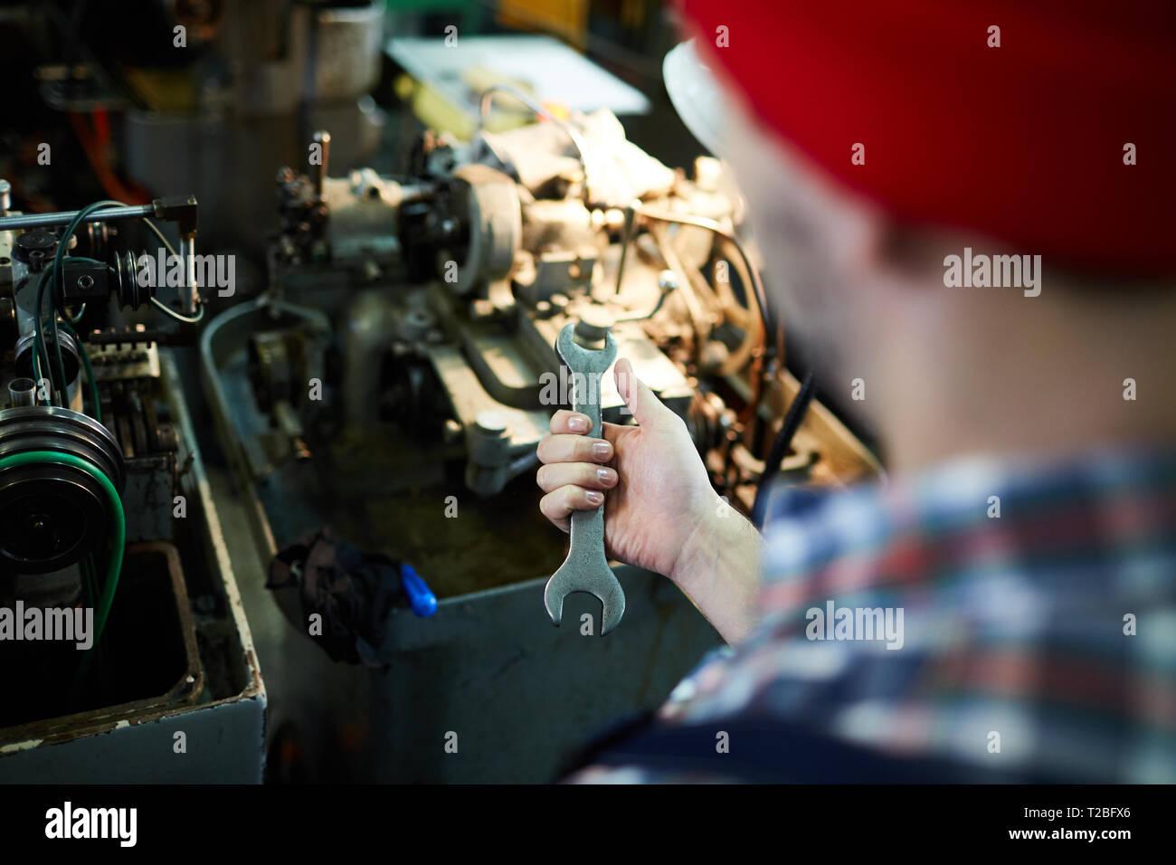 Nicht erkennbare Mechaniker Holding Schraubenschlüssel Stockfoto
