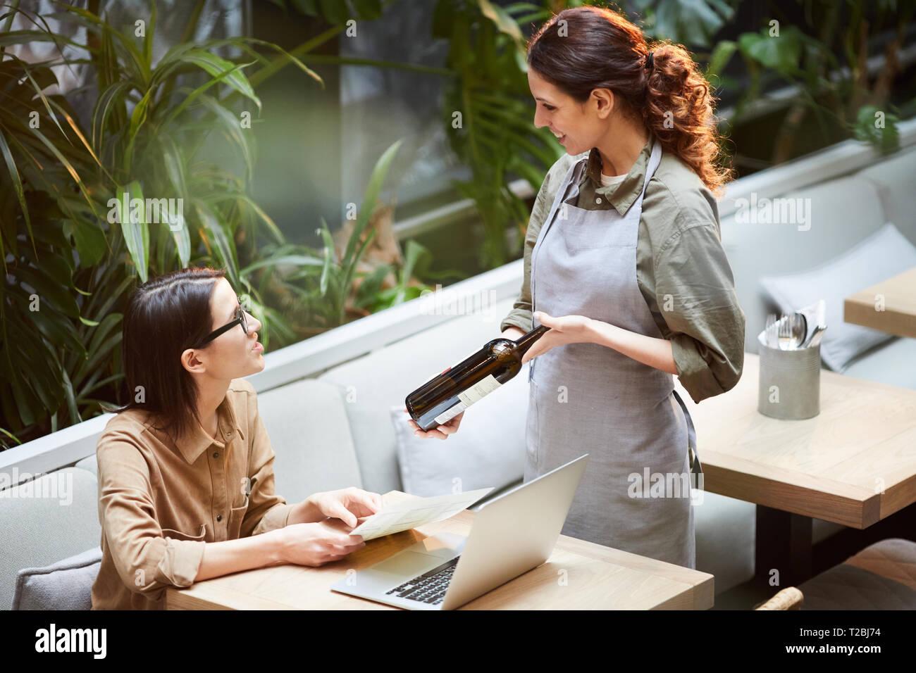 Beratung guten Wein zu Kunden im Cafe Stockbild