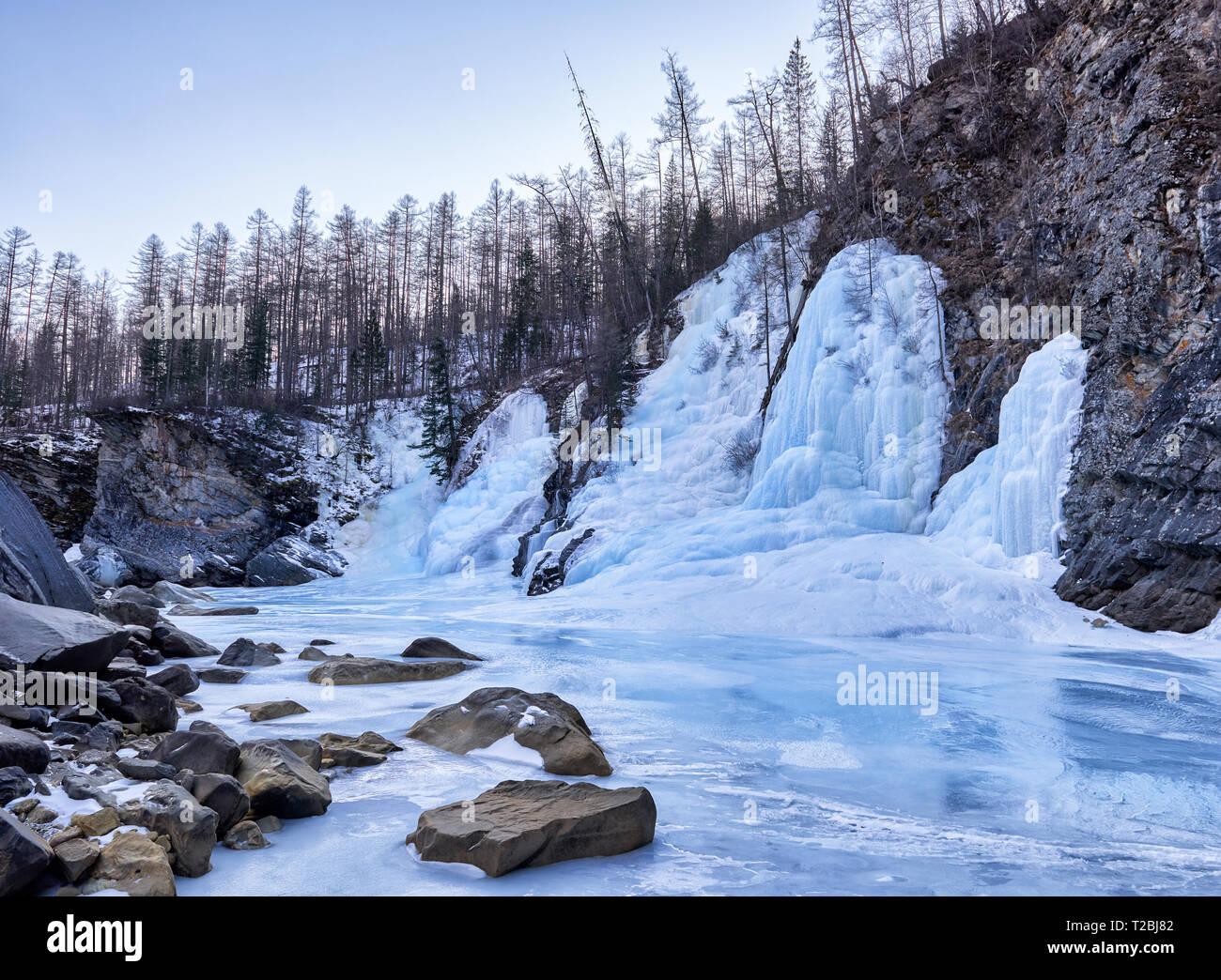 Schöner Eisfall aus gefrorenem Wasser. Fluss Uda. Tofalaria. Irkutsk Region Stockbild