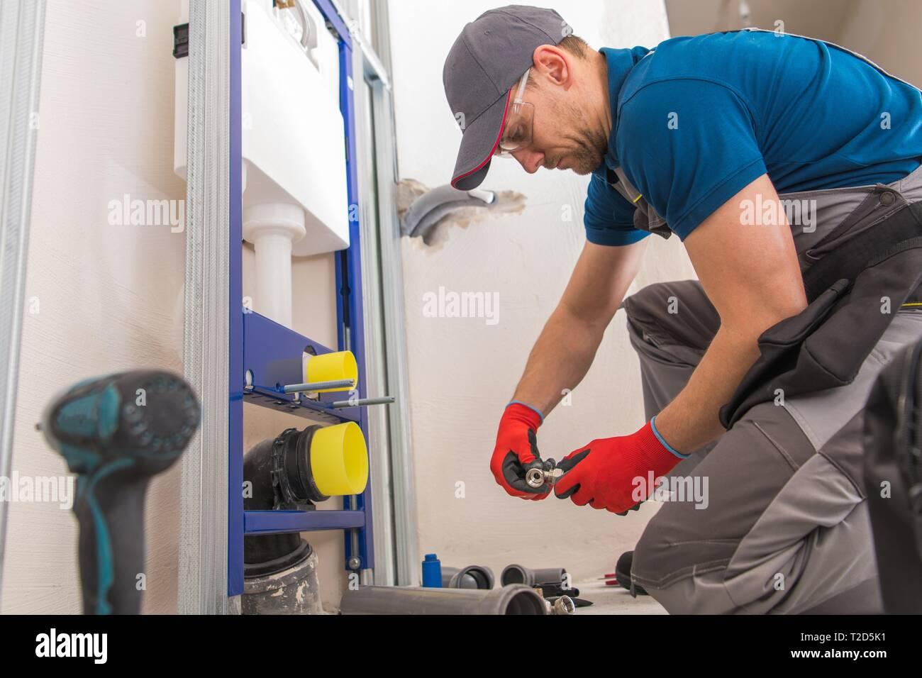 Kaukasische Sanitär Sanitär Installateur in seinem 20s ...