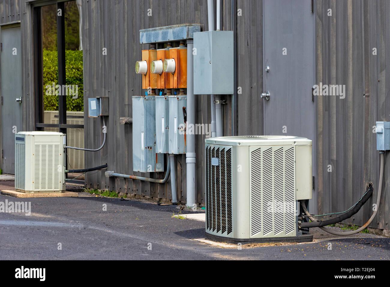 Horizontale Schuss kommerzielle Klimaanlagen und elektrische Felder außerhalb einer alten Bürokomplex. Stockbild