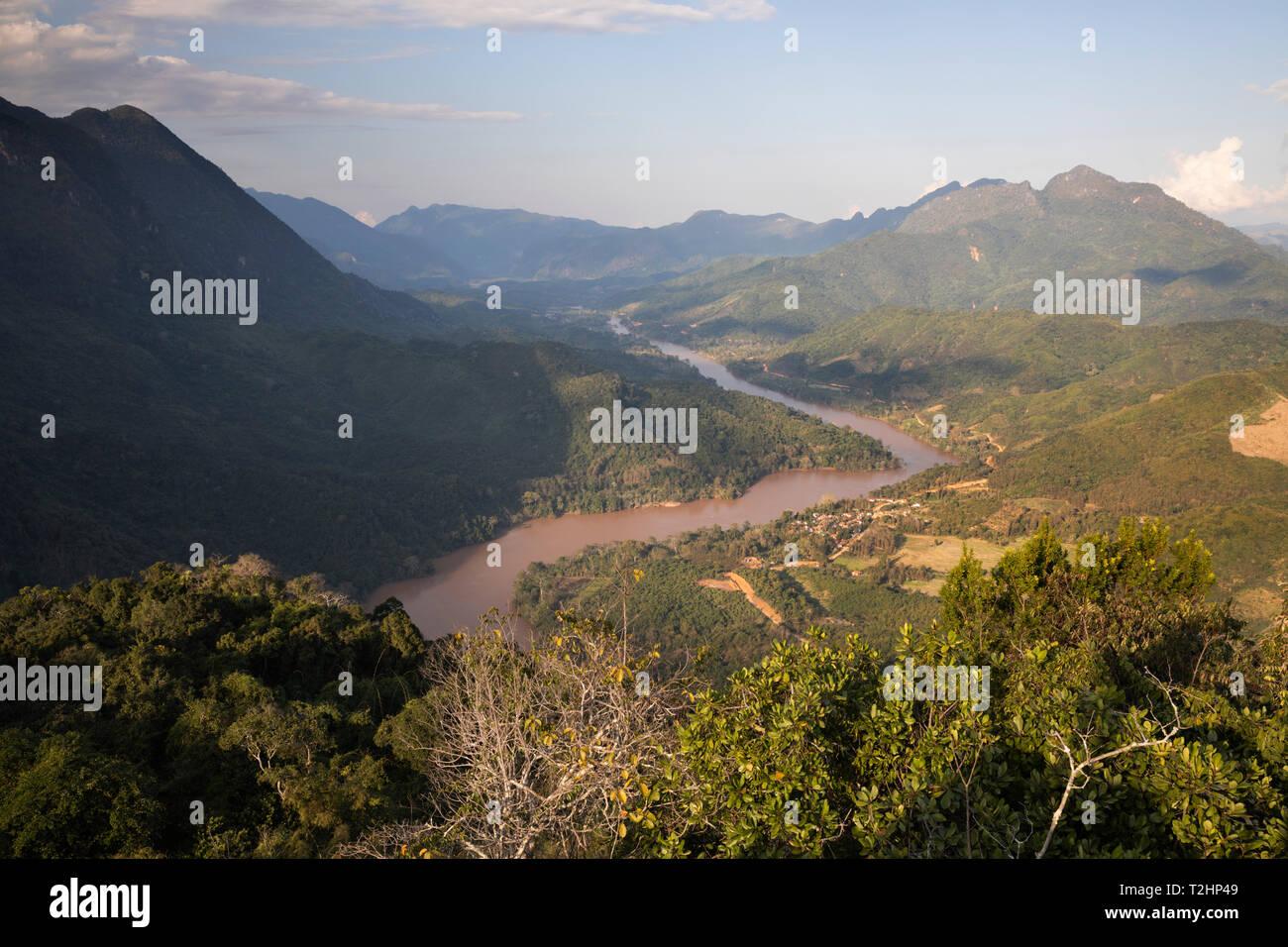 Karsk Gipfel und den Nam Ou Fluss von der Oberseite des Pha Daeng Peak Viewpoint, Nong Khiaw, Provinz Luang Prabang Laos, Südostasien Stockbild