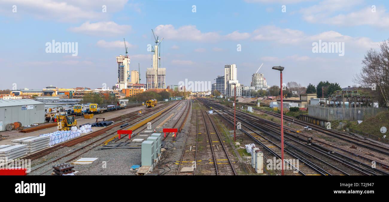 Die sich verändernden Skyline von Woking, Surrey: Bahnstrecken in Turmdrehkrane und neue Hochhaus Victoria Square Einzelhandelsentwicklung in der Innenstadt führen. Stockbild