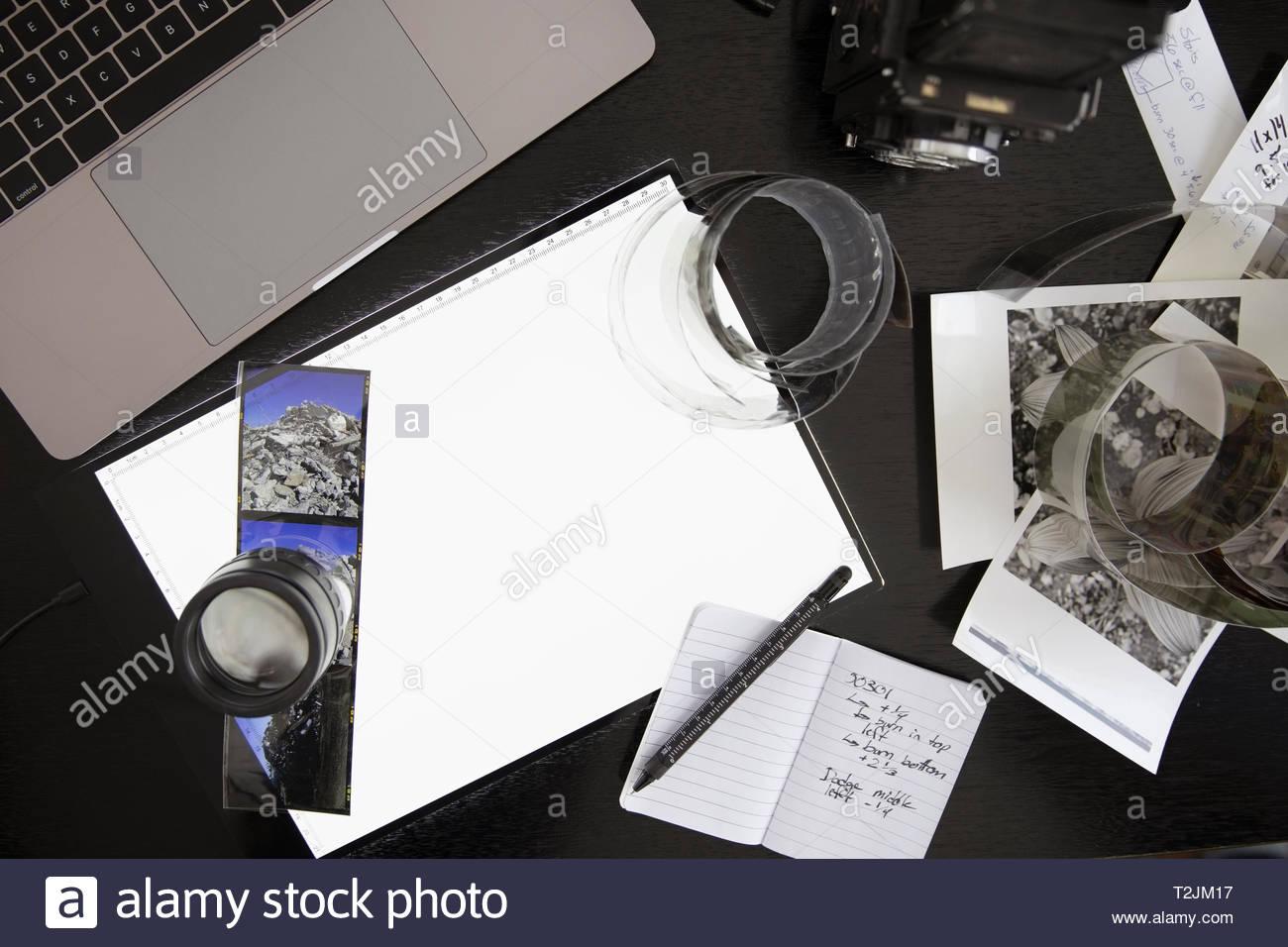 Ansicht von oben Fotografie Licht Tabelle und Negative auf Schreibtisch Stockbild