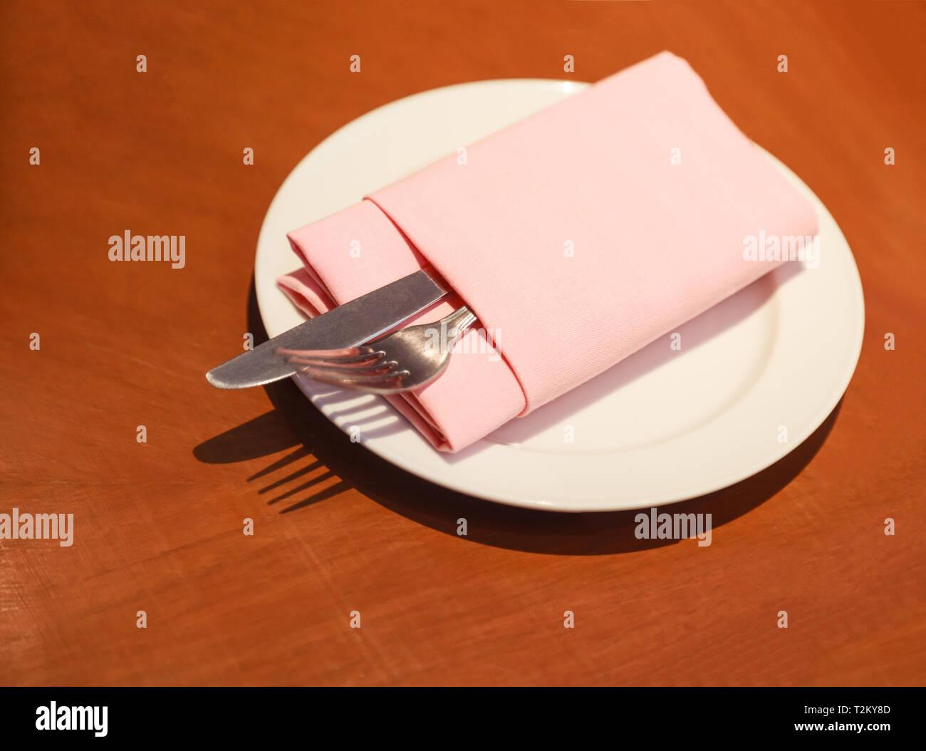 Pastellfarben Tuch Serviette Serviette Falten Mit Besteck Messer Gabel Besteck In Weiss Platte Auf Dem Holzernen Tisch Bereit Bereit Fur Den Kunden Nicht Zu Verwenden Stockfotografie Alamy