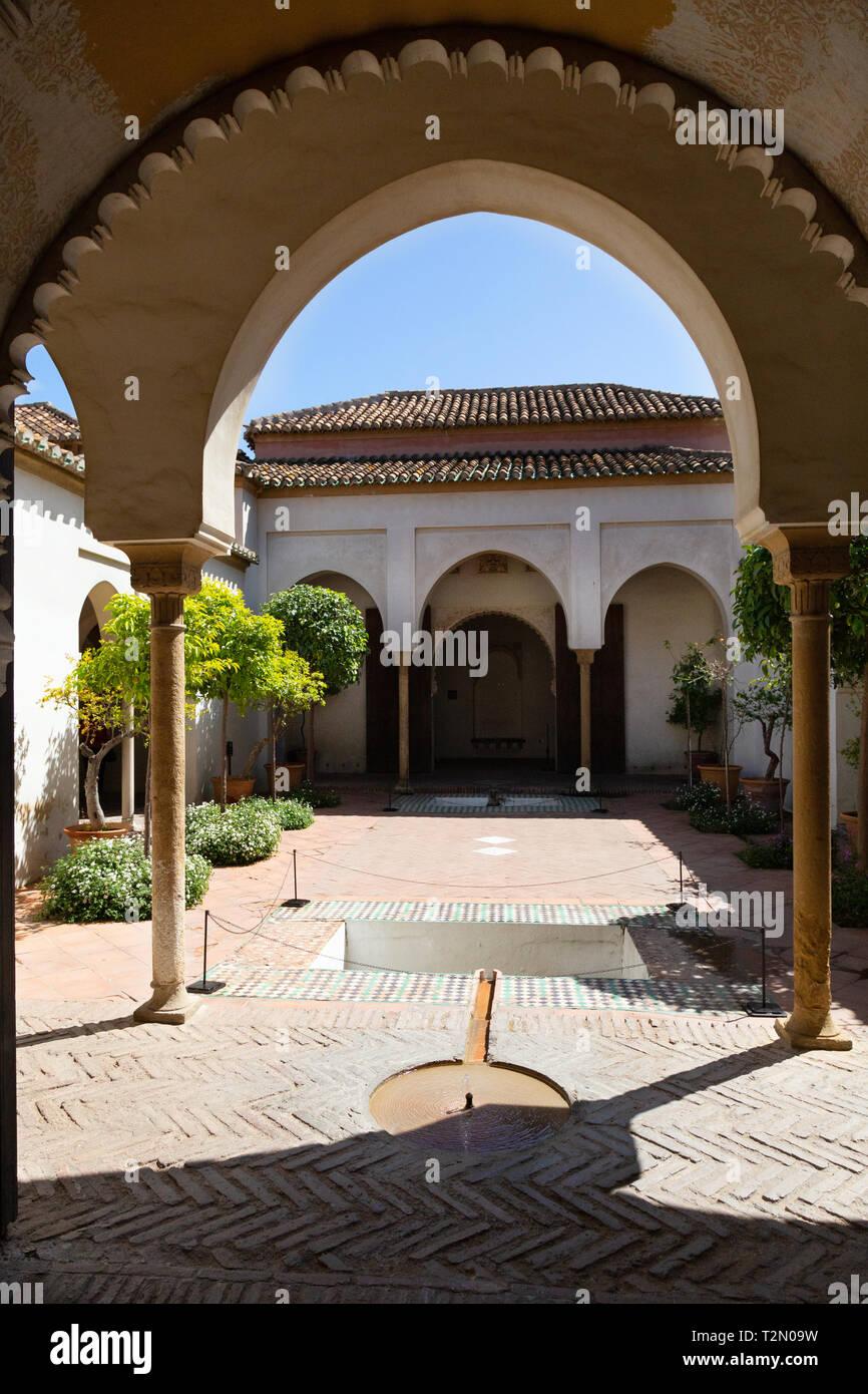 Garten im Innenhof der Cuartos de Granada in der ...