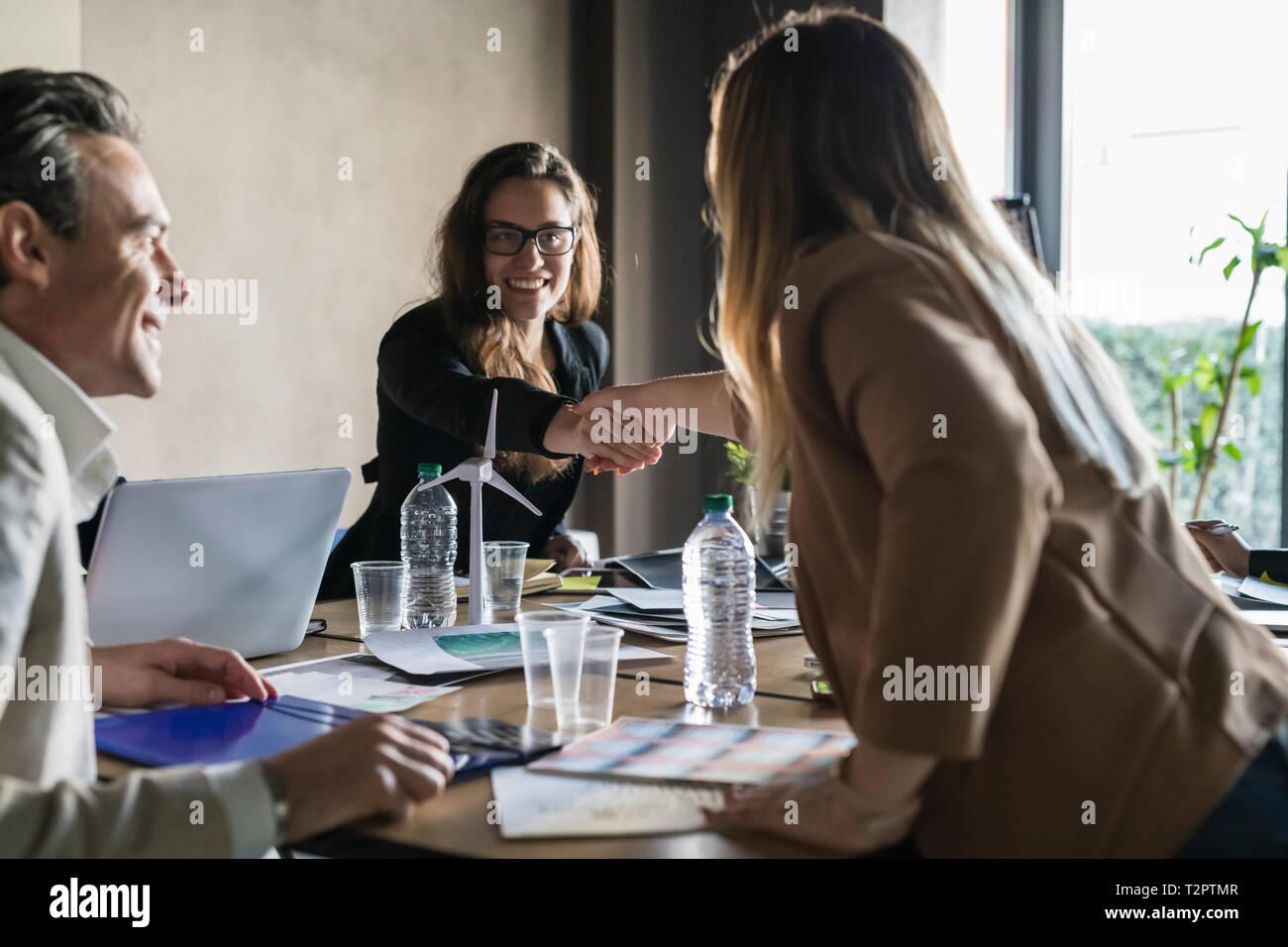 Unternehmer und Unternehmerinnen in Treffen im Büro Stockfoto