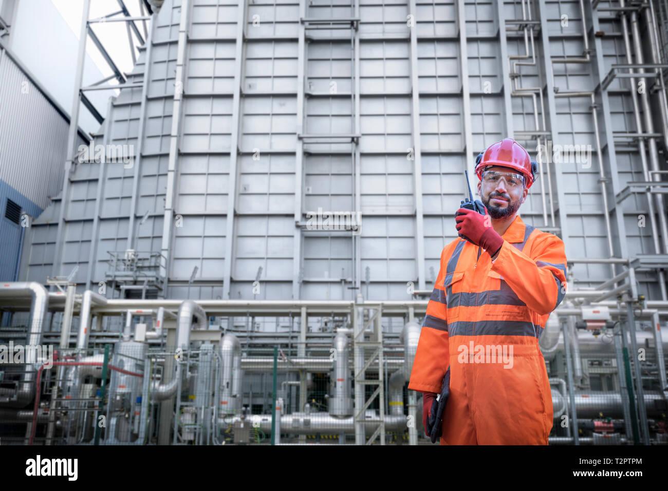 Das zusammengesetzte Bild des Arbeitnehmers mit Walkie talkie in powerstation Stockfoto