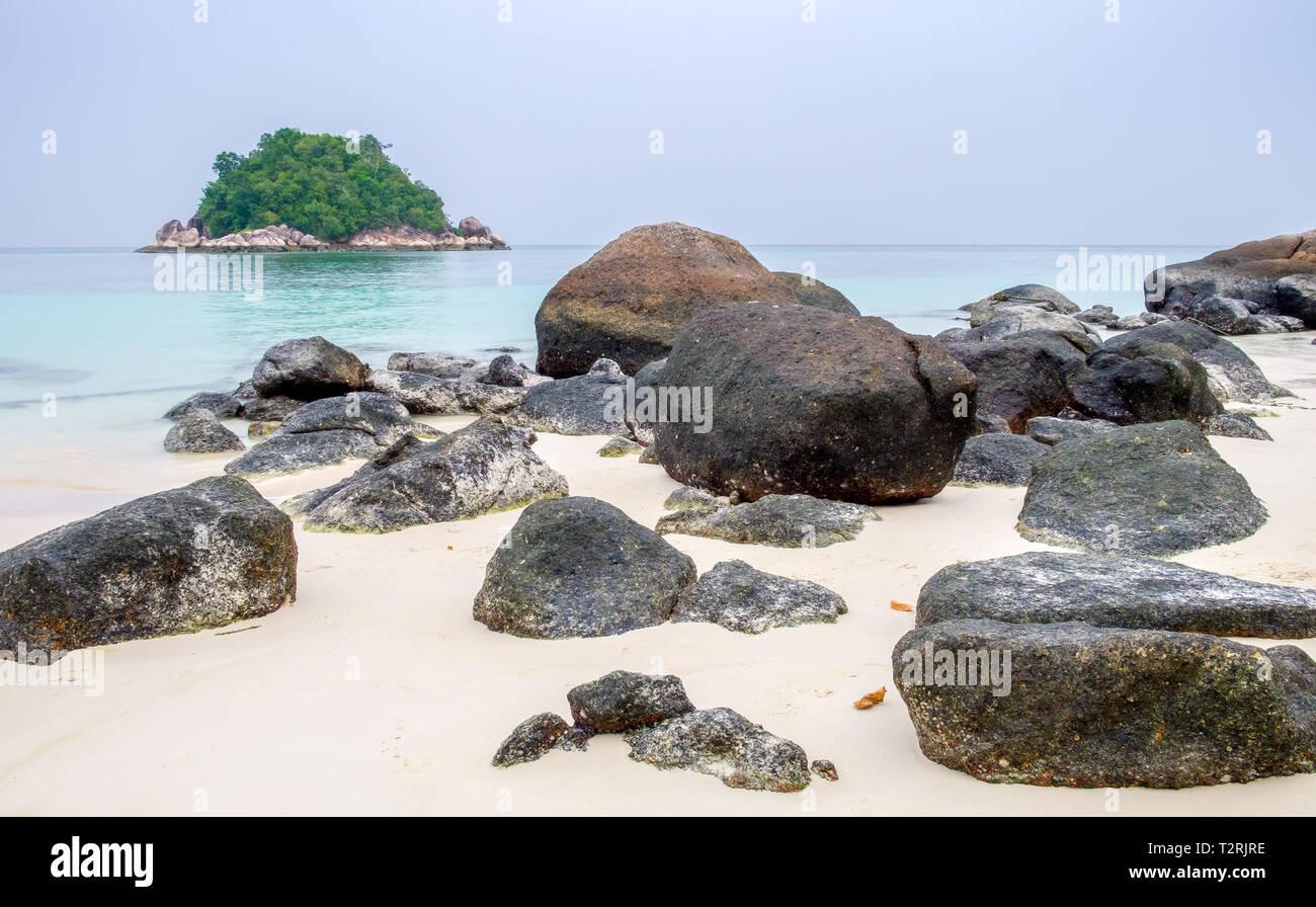 Viele großen Felsen am weißen Sand am smaragdgrünen Meer an lipe Insel Stockbild