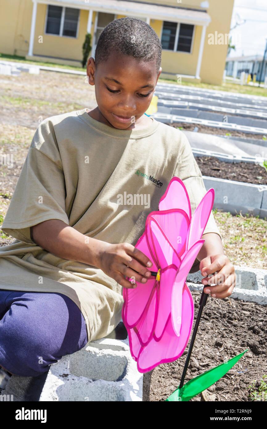 Miami Florida Liberty City Liberty Square Sozialwohnungen Zeremonie Hingabe Gemeinschaft garten Grundstück Zuteilung Urban Black Boy stu Stockfoto