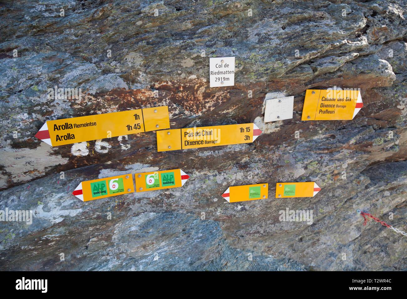 Signage am Gipfel des Col de Riedmatten, auf die Haute Route zwischen Arolla und Cabane des Dix. Stockfoto
