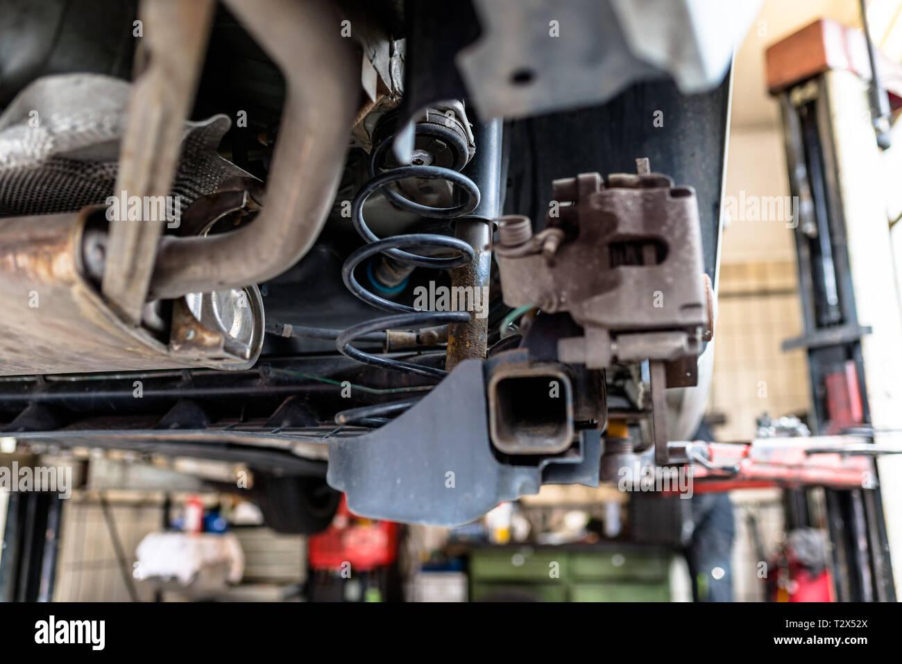 Das hintere Auto Suspension ist sichtbar auf der Unterseite der Federn und der Stoßdämpfer. Stockbild