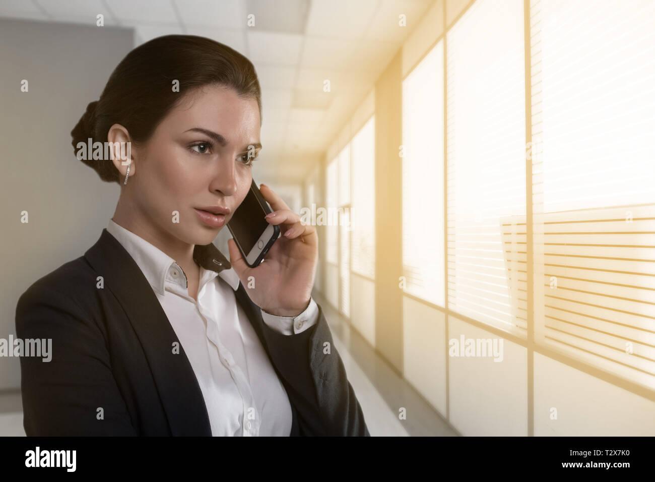 Portrat Der Jungen Schwere Frau Im Business Outfit Am Telefon Zu Sprechen Neben Dem Buro Fenster Stockfotografie Alamy