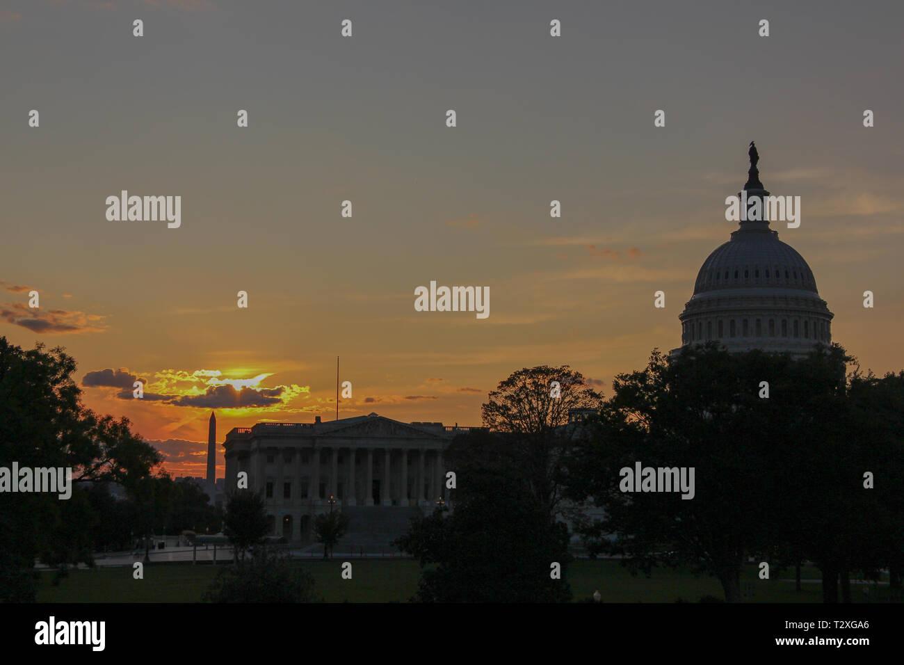 Silhouette von Capitol Hill und Washington Monument in Downtown Washington DC durign Dämmerung in einen Sonnenuntergang mit einigen Wolken Stockbild