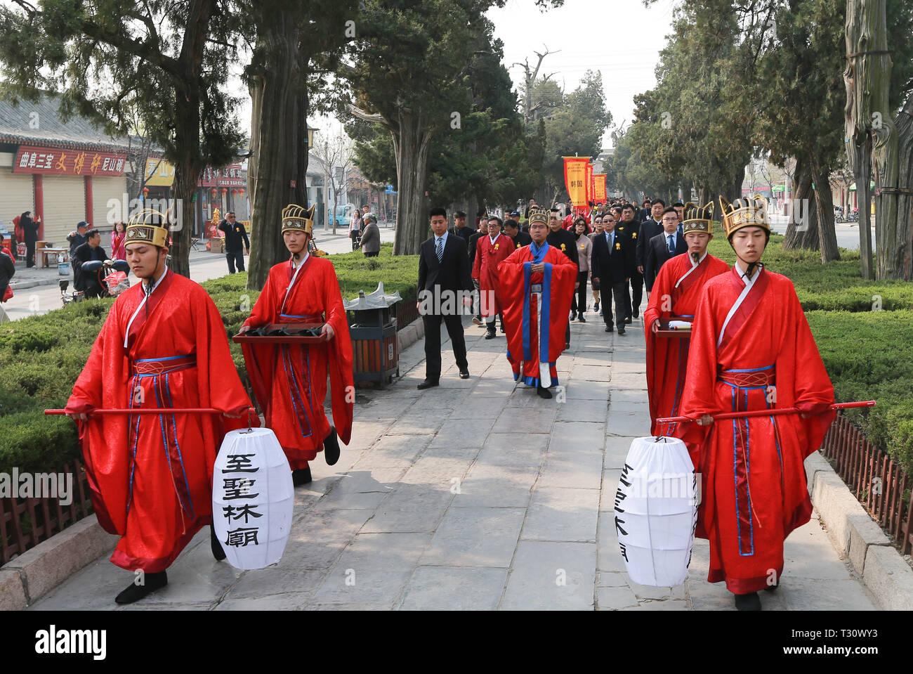 Qufu. 5 Apr, 2019. Menschen gehen eine Gedenkfeier für der chinesische Philosoph Konfuzius in Qufu, Osten Chinas Provinz Shandong, April 5, 2019, anlässlich der Chinas traditionelle Tomb-Sweeping Day zu besuchen. Mehr als 400 Nachkommen von Konfuzius aus ganz China und aus der Republik Korea (ROK) nahmen an der Veranstaltung in der konfuzius Friedhof, größte Familie Friedhof der Welt mit über 100.000 Gräbern. Konfuzius (551-479 v. Chr.) war ein Pädagoge und Philosoph, der Konfuzianismus, eine Schule des Denkens tief Einfluss auf spätere Generationen gegründet. Credit: Wang Nan/Xinhua/Alamy leben Nachrichten Stockbild