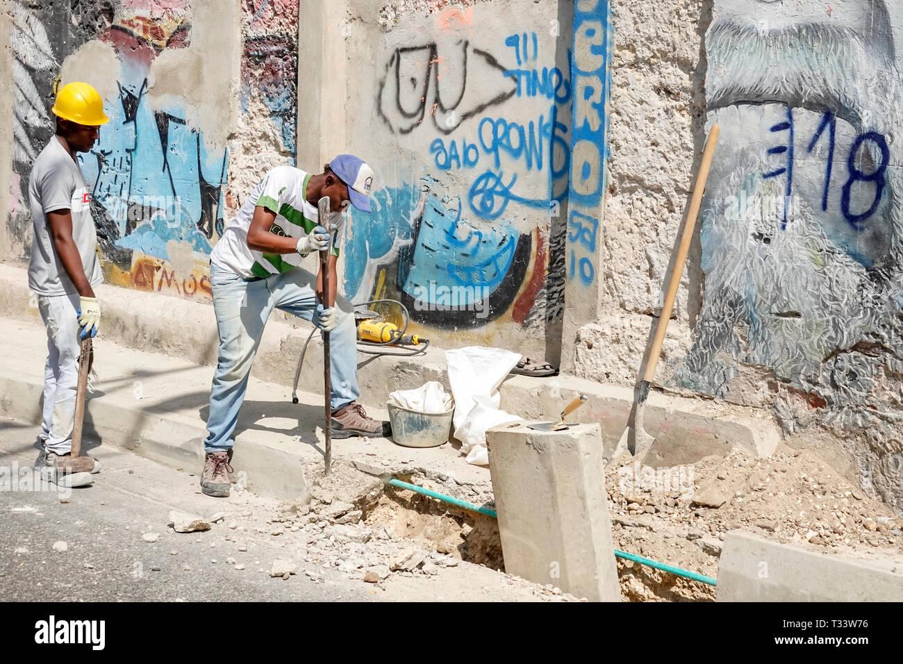 Cartagena Kolumbien alte Walled City Centre Getsemani Hispanic Bewohner Bewohner mann Arbeiter Arbeiter unter Baustelle Hauptstadt imp Stockbild