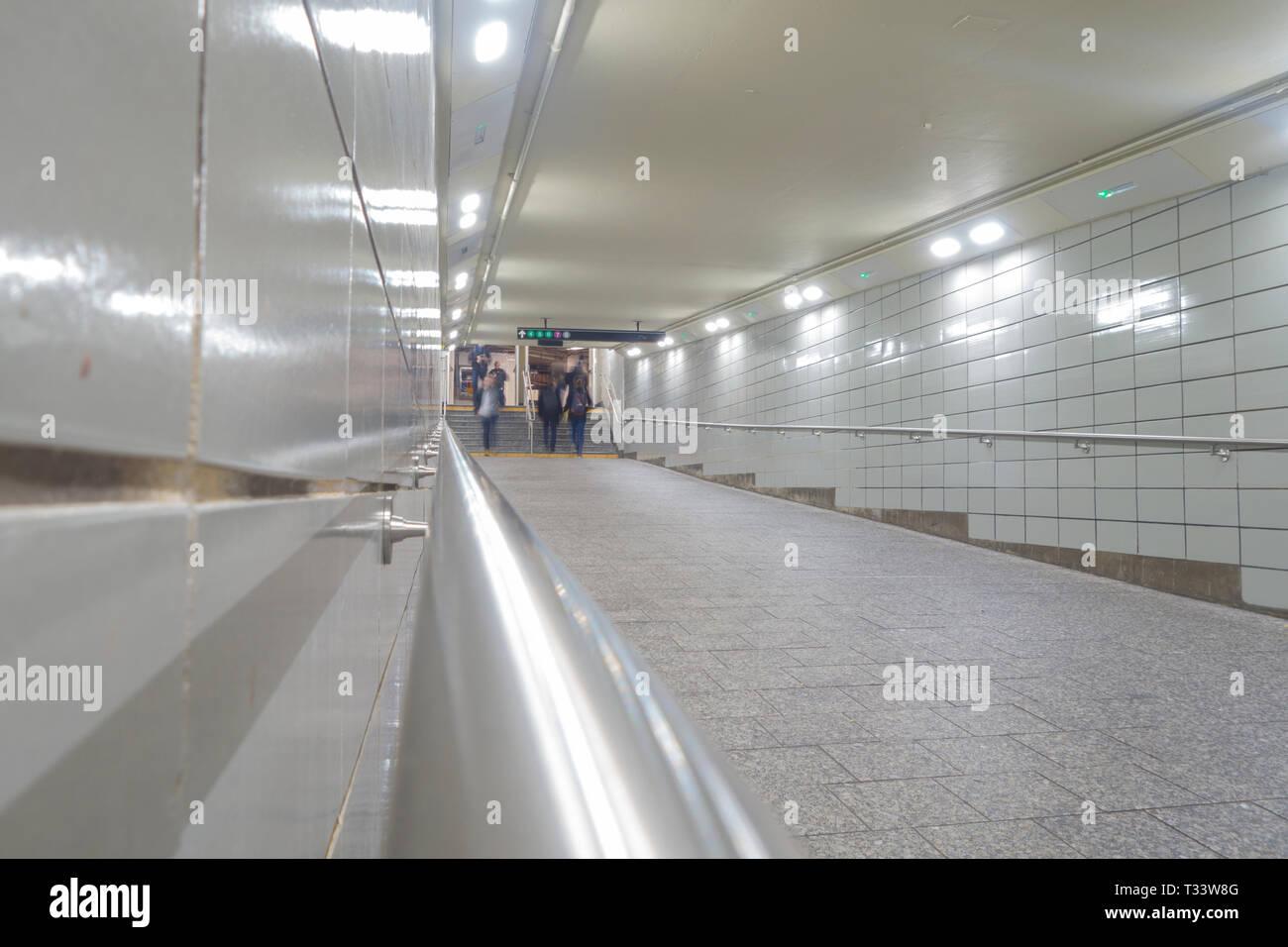 Weiße Fliesen Tunnel in New York City 42 Street U-Bahnen Stockbild