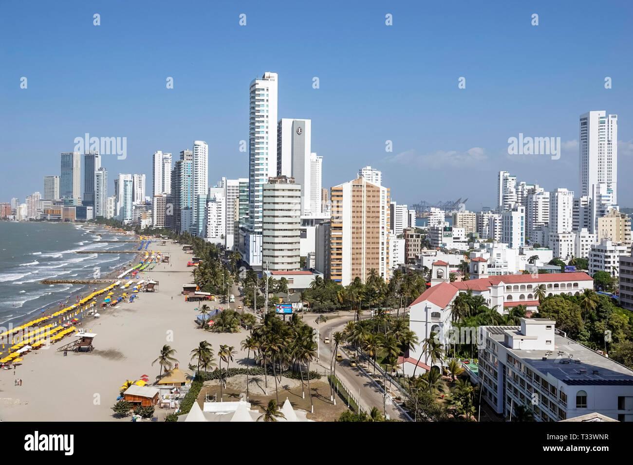 Cartagena Kolumbien Bocagrande Karibik öffentlichen Strand sand Wasser verleih Sonnenschirme skyline Hochhaus Gebäude am Meer Küste Hispanic re Stockbild