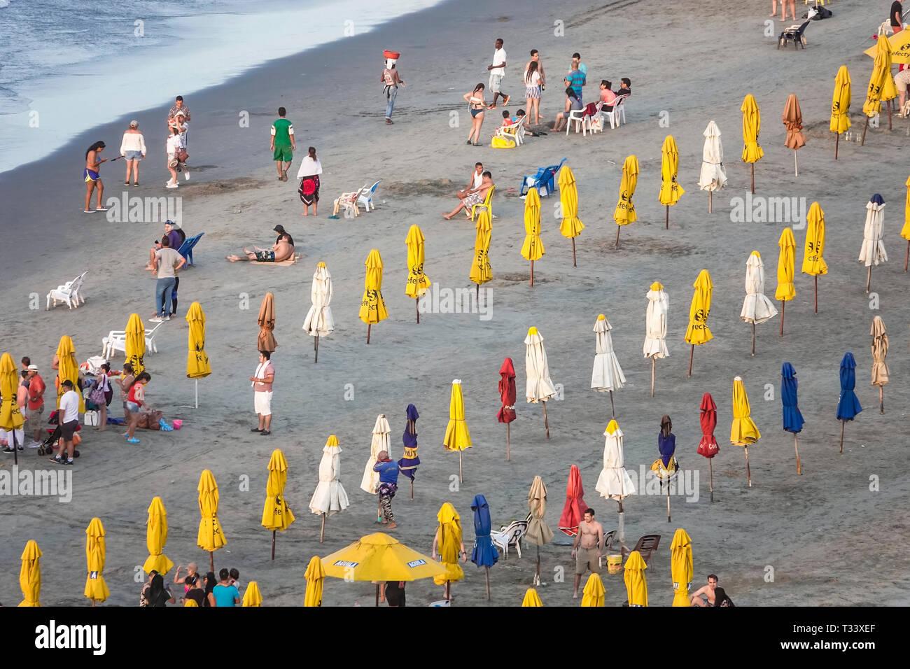 Cartagena Kolumbien Bocagrande Karibik öffentlichen Strand sand Wasser Sonnenschirme gelb Vermietung Hispanic Bewohner Bewohner Mann Frau Stockbild
