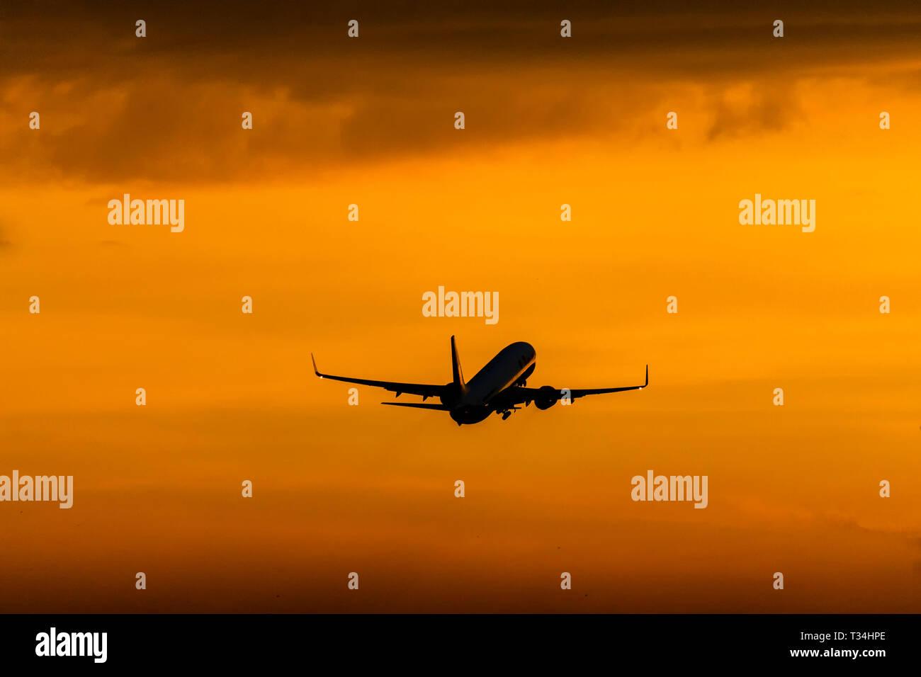 Bei Sonnenuntergang startende Flugzeuge Stockbild