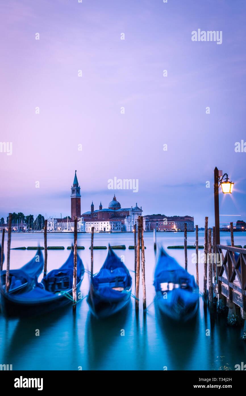 Gondeln günstig an einem Kanal, Venedig, Venetien, Italien Stockbild