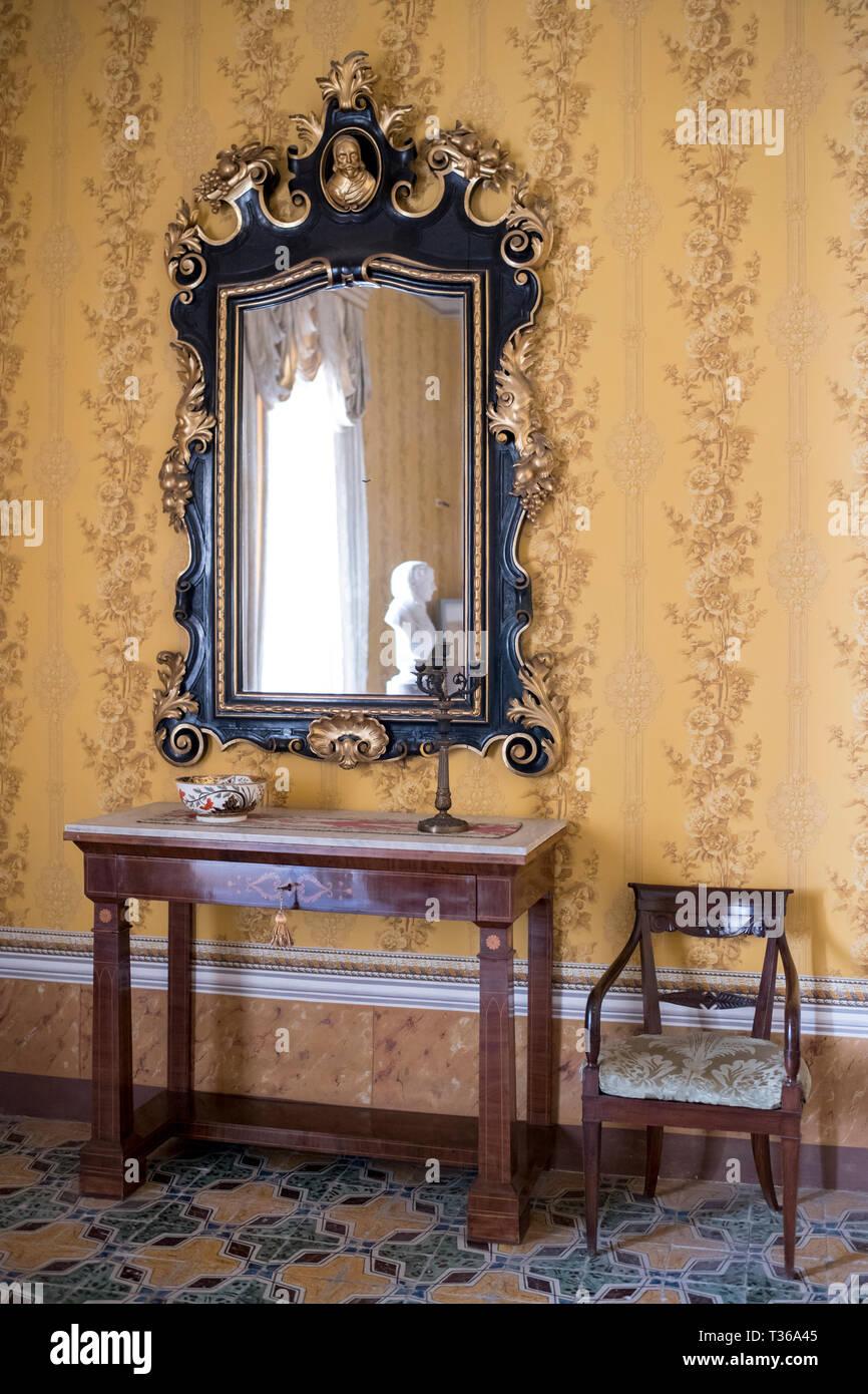 prachtvolle spiegel und mobel im zimmer des gespraches gelbe zimmer im palazzo nicolaci di valladorata