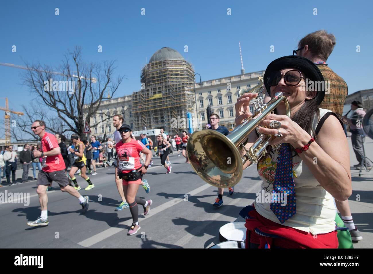 Berlin, Deutschland. 07 Apr, 2019. Musikalisch, die Teilnehmer der Berliner Halbmarathon sind auf der Ebene der Stadt Palast unterstützt. Quelle: Jörg Carstensen/dpa/Alamy leben Nachrichten Stockbild