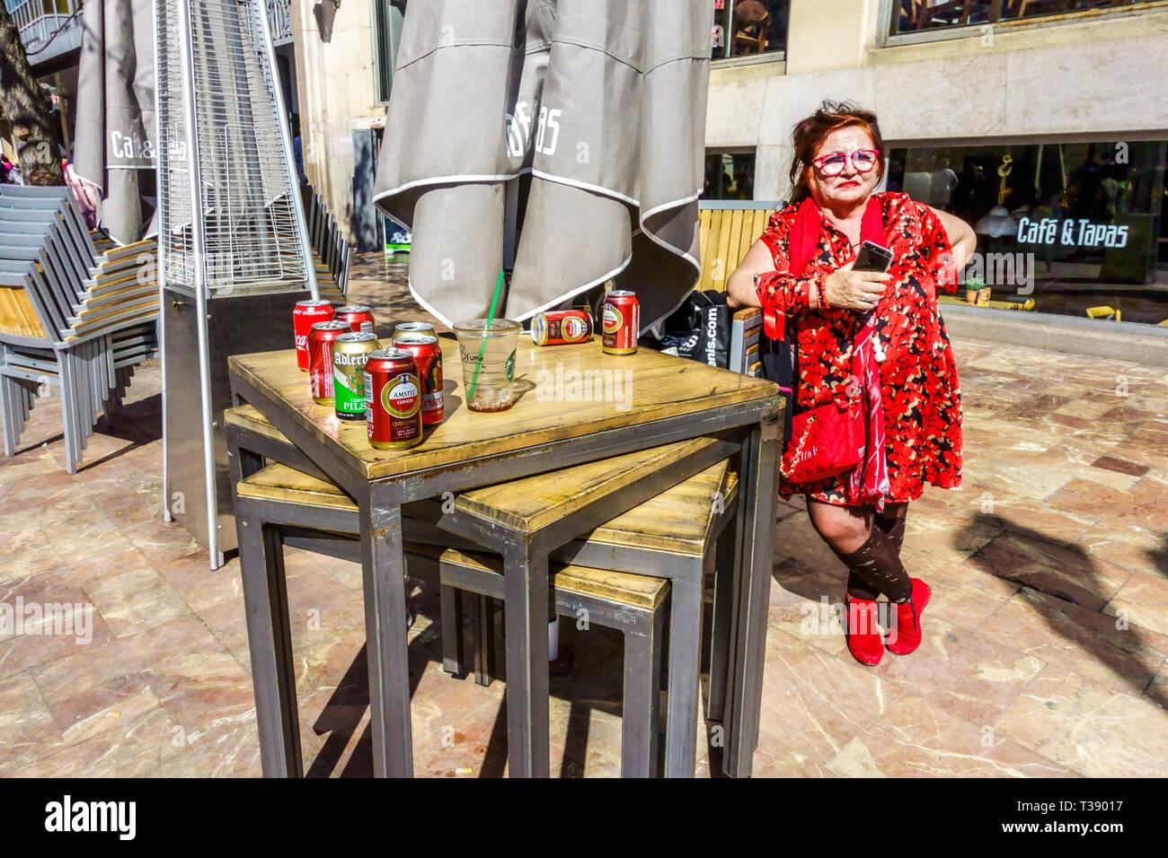 Porträt der Frau in Rot vor der Bar Cafe & Tapas, Plaça de l'Ajuntament, Rathausplatz, Valencia Spanien Europa Stockbild
