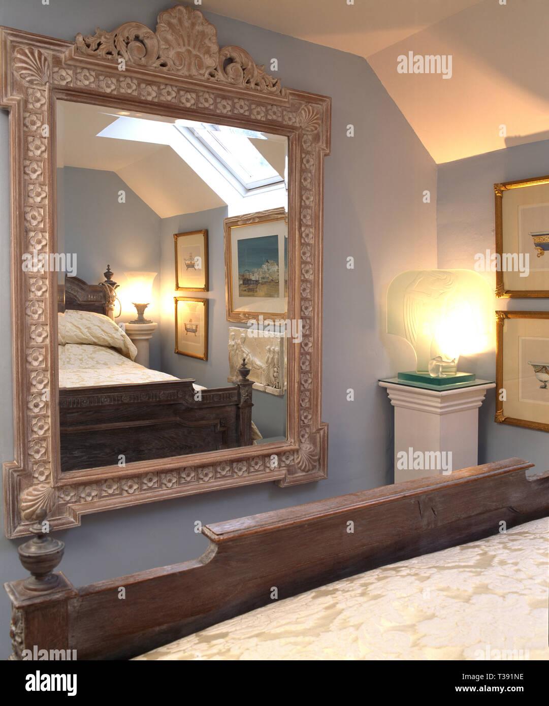 Grosse Gemalte Spiegel Auf Schlafzimmer Wand Stockfotografie Alamy