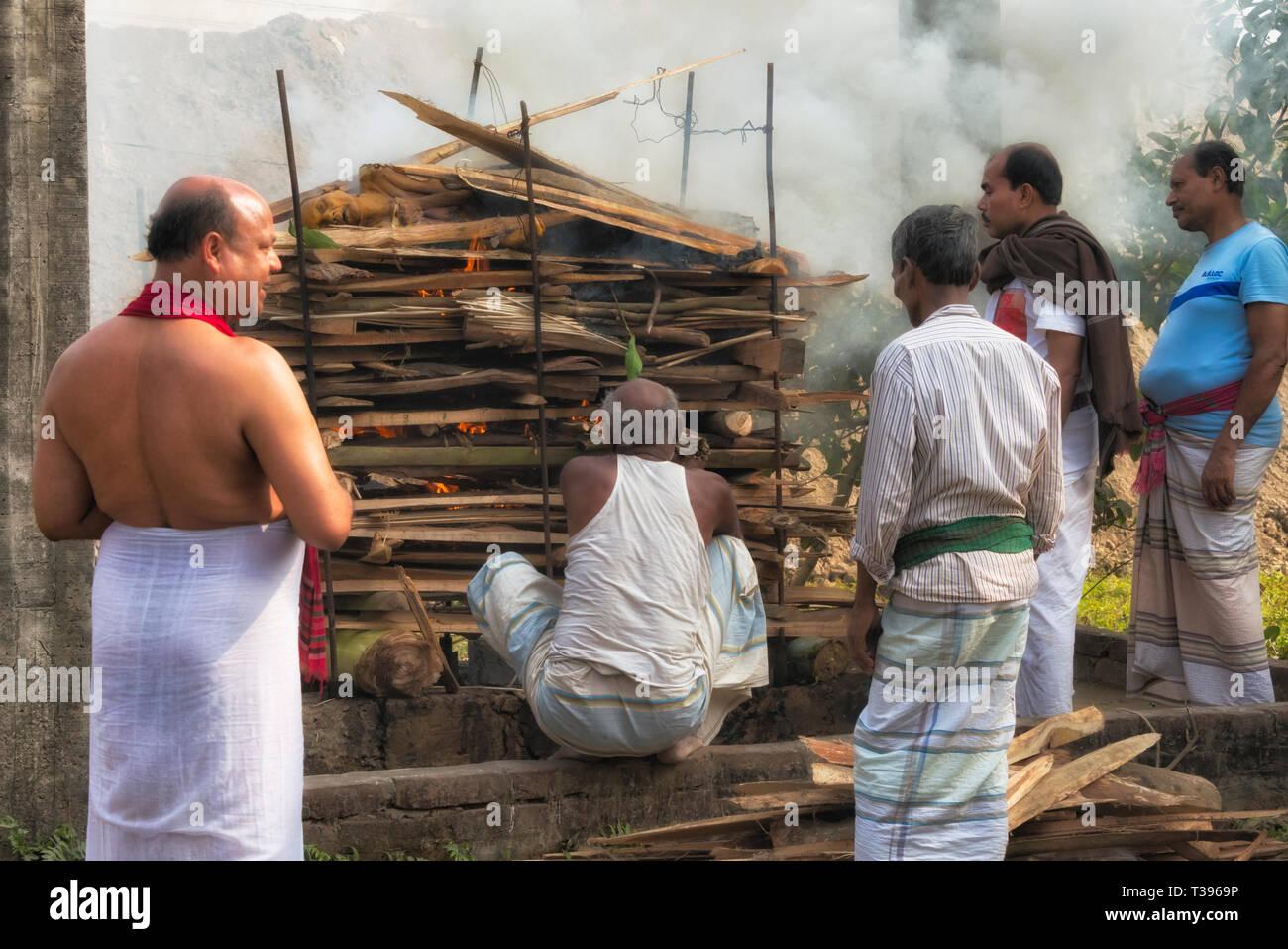 Hindu Menschen brennende Leiche am Begräbnis, Bogra District, Rajshahi Division, Bangladesch Stockbild
