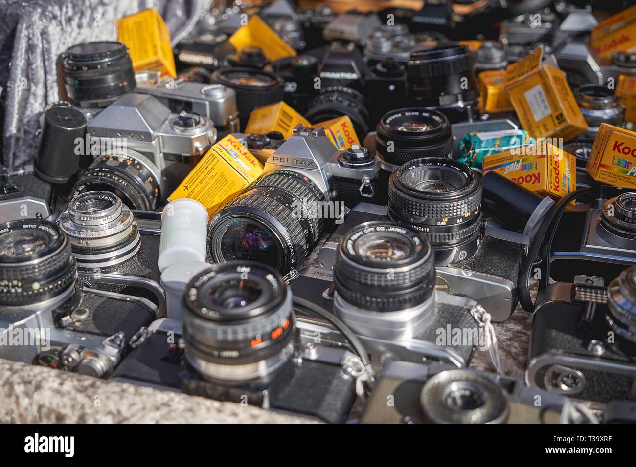 London, UK, November, 2018. Alte klassische Kameras und Linsen auf Verkauf in einem Stall in Portobello Road Market, dem größten Antiquitätenmarkt der Welt. Stockfoto