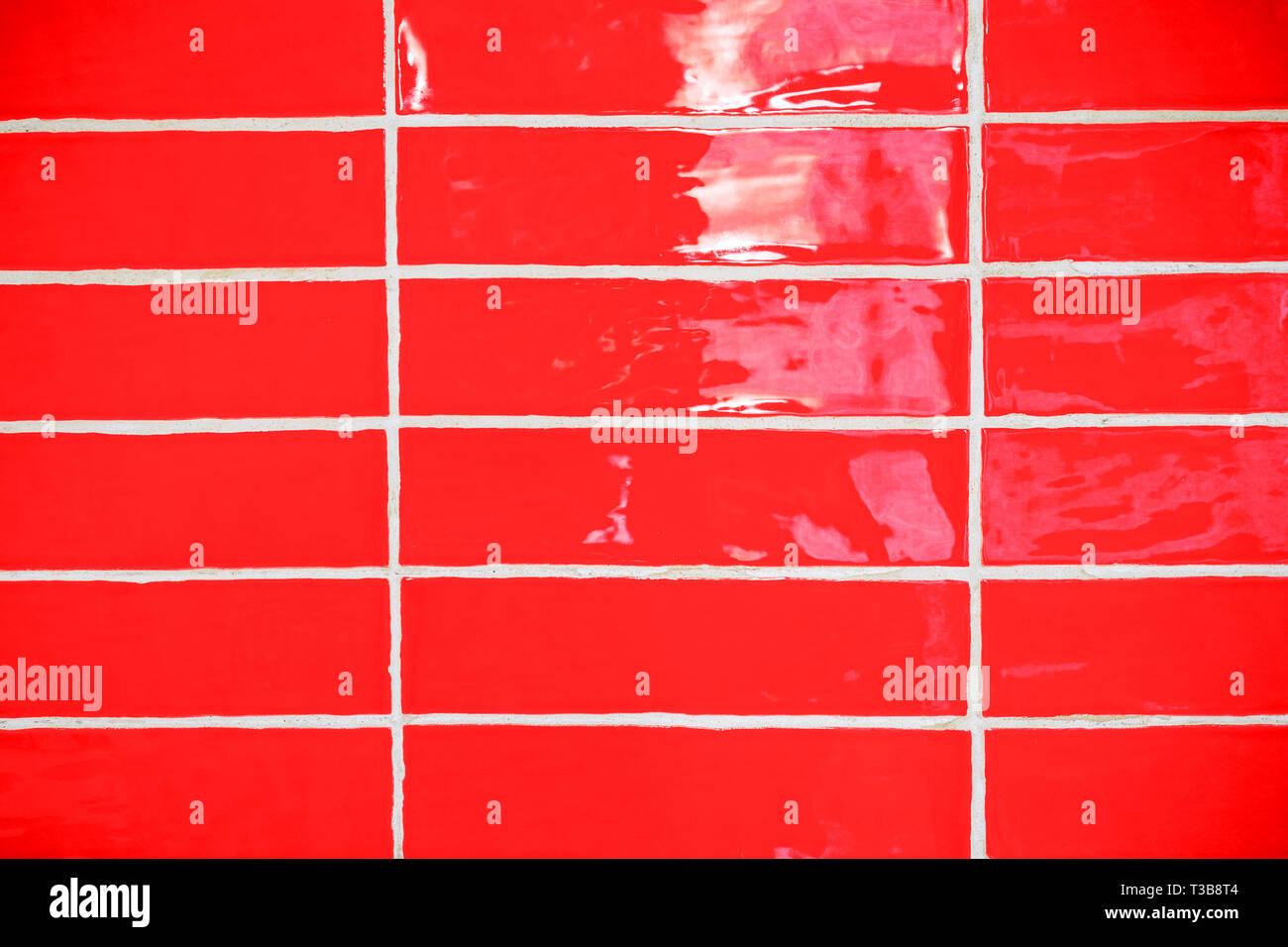 Rote alte schmutzige Fliesen an der Wand im Bad, die noch ...