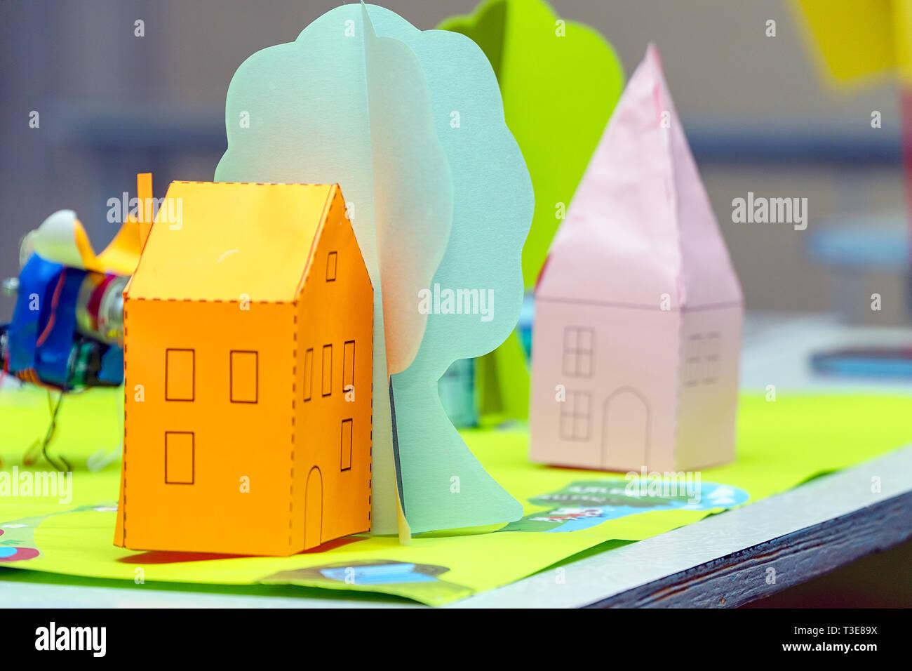 Orange House und Grüner Baum aus Papier. Kinder- Papier basteln. Soft Focus Stockbild