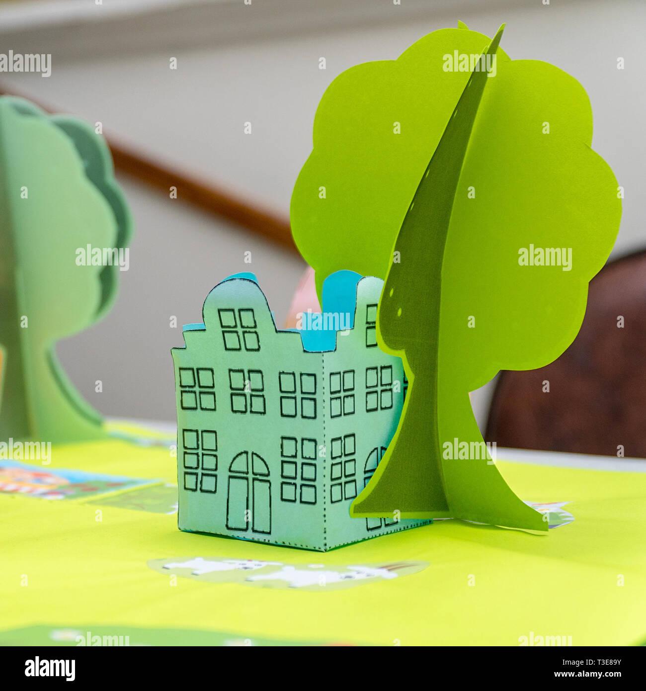 Green House und ein Baum aus Papier. Kinder- Papier basteln. Soft Focus Stockbild