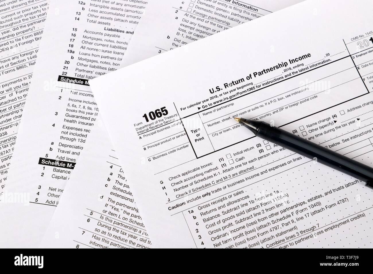 form 1065 b-2  9 Steuerformular und Pen in einer Tabelle - uns ...