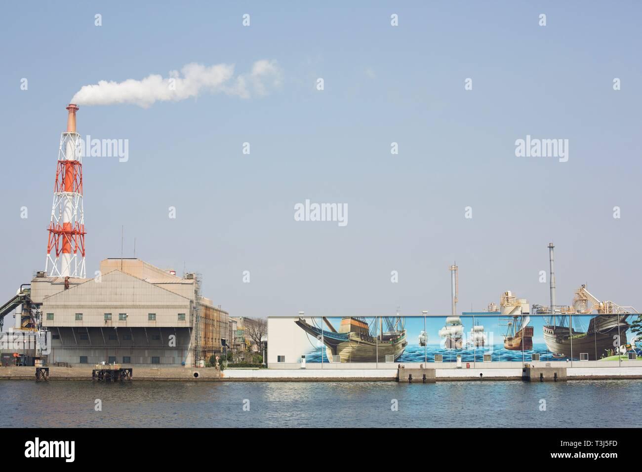 Ein riesiges Wandbild neben einem Schornstein in einem Hafen in Sakai City, Osaka, Japan. Stockbild